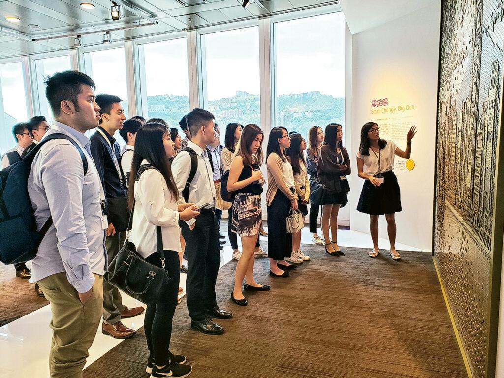 學生正參觀香港金融管理局,並聆聽專人的講解。
