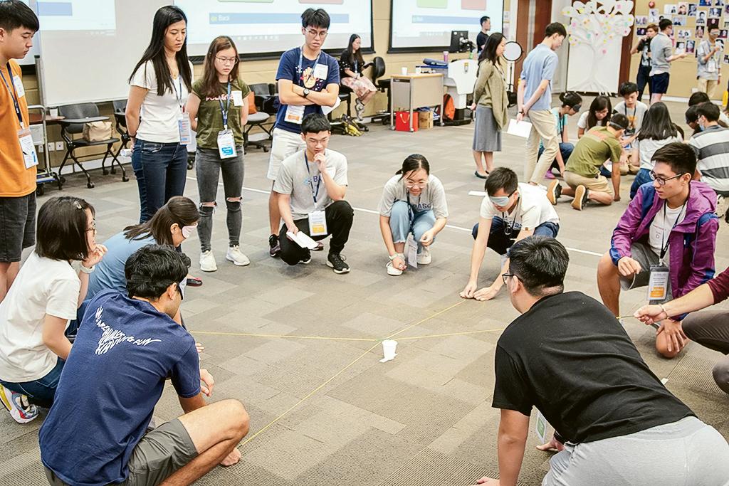 學生於課程裏,需修讀跟領導理論和技巧相關的科目。圖中小組藉遊戲建立團隊合作精神。