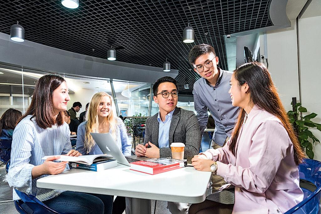 課程教授商業管理知識,加強學生溝通和協作能力。