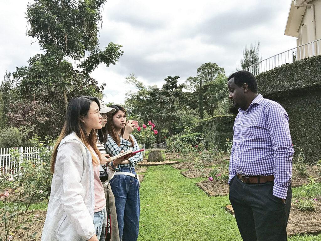 學生曾到非洲盧旺達採訪當地居民