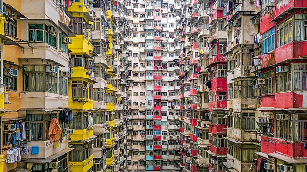 現今香港的居住環境過於擠迫,更出現房住屋模式,使有關反社會行為的投訴隨之增加。