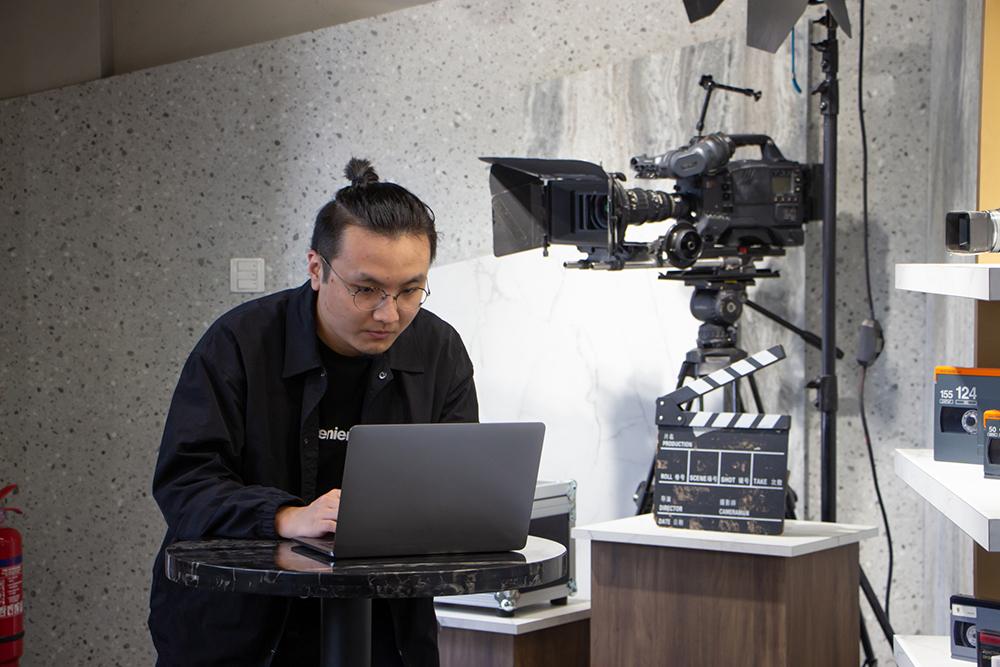 HKDI動畫及視覺特效高級文憑學生黃霆鋒首次執導一套以延展實境(Extended Reality, XR)技術製作的微電影,他希望邀請父親觀賞首播會,讓父親多了解他參與的電影工作。
