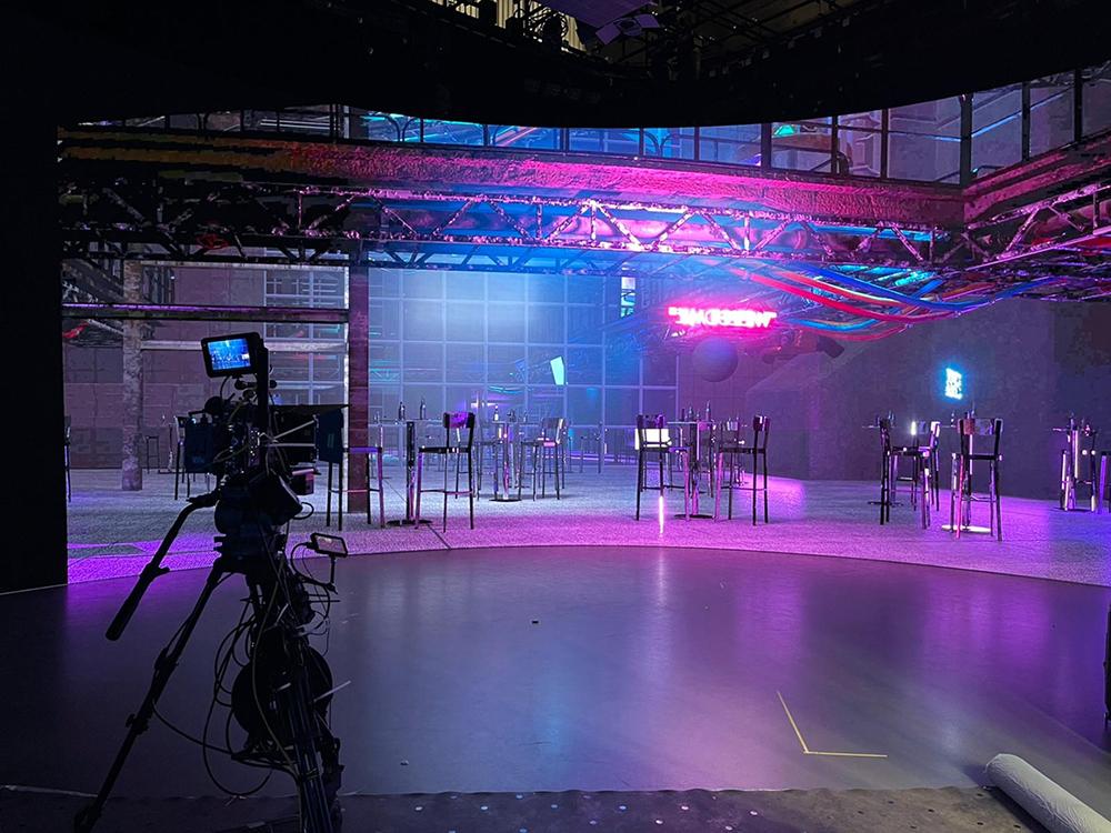 團隊利用XR拍攝技術,先設計整個虛擬場景,再設定特效及燈光效果,輸出至LED背景板,演員站在片場,猶如置身在真實的拍攝場景中。