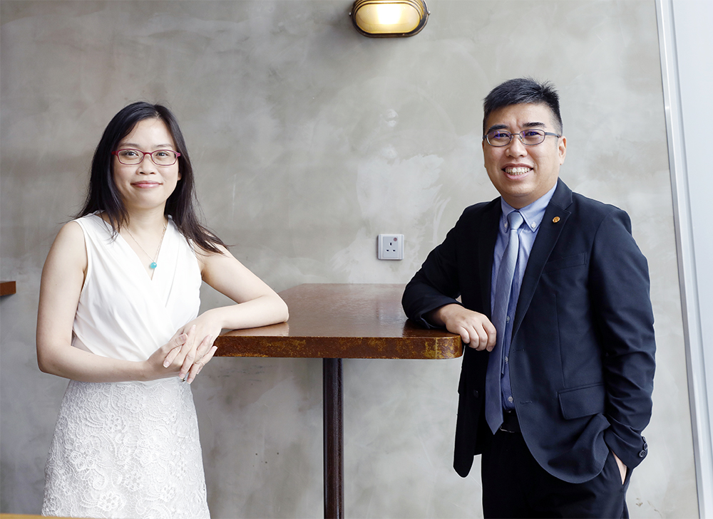 課程主任陳曉欣(左)及學務主管林澤雄(右)