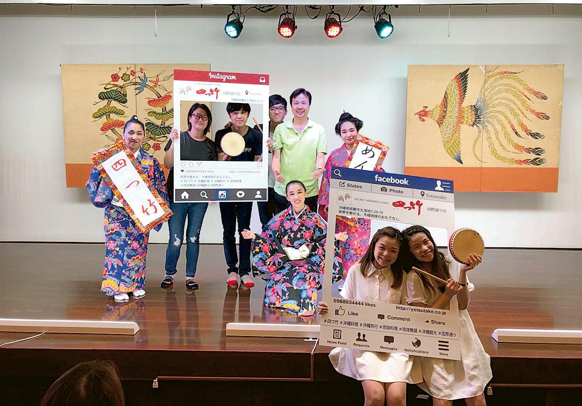 ▲Vicki(右一)參加管理學系舉辦的沖繩遊學團,考察當地社會文化和營運管理。
