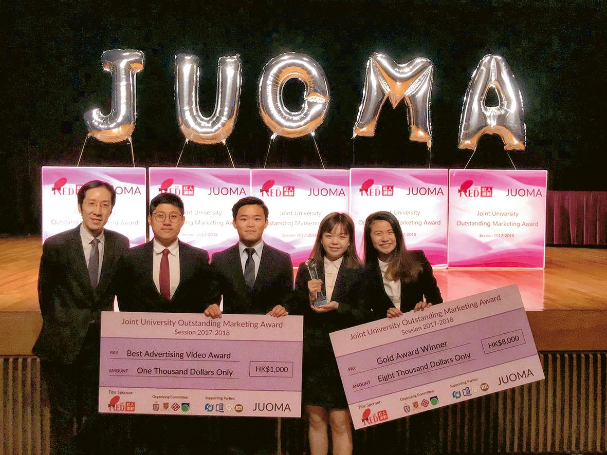 ▲Vicki(右一)與商學院同學參加JUOMA,創新方案讓他們成功奪得金獎。