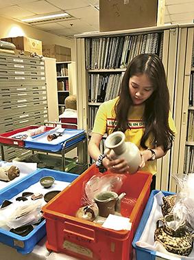 學生參與暑期實習計劃,協助保存文物。