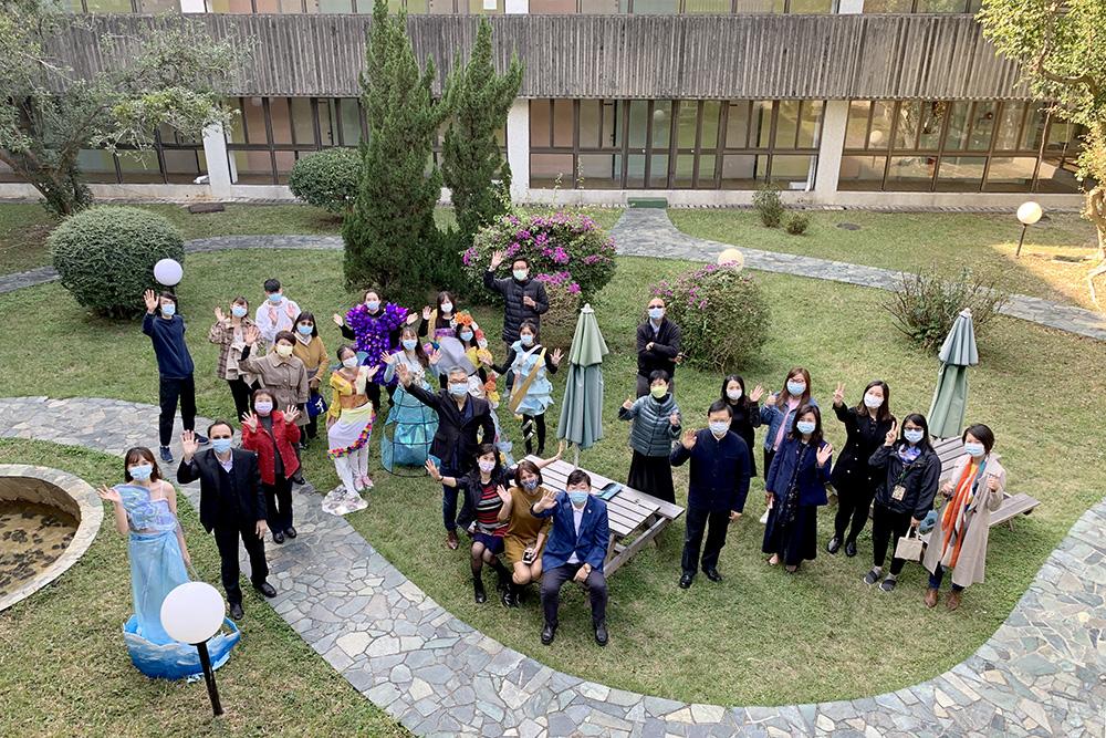 恒大藝術設計文學士課程首學期結業作品穿戴藝術設計展及時裝秀 (2020) 校長與老師及同學們合照